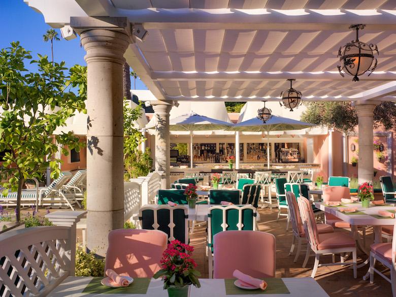 プールに面したカバナカフェ