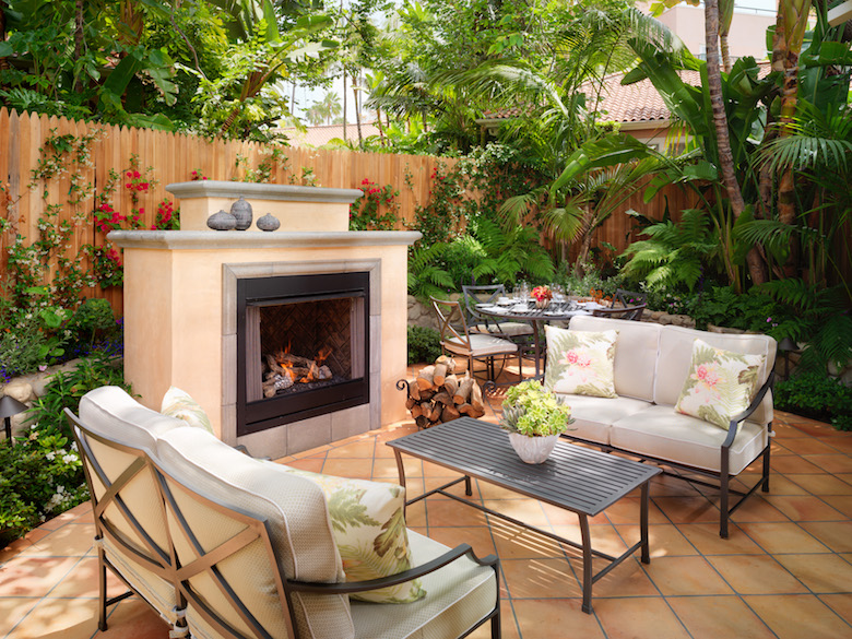バンガロー22の庭に暖炉付き
