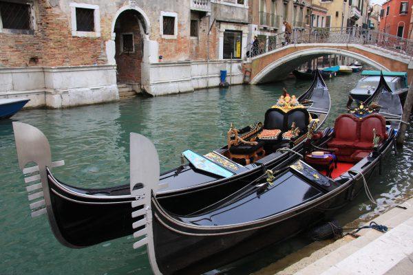 ロマンティックにゴンドラに揺られてヴェネツィア