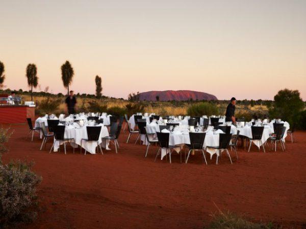 エアーズロックを眺めながら砂漠ディナー