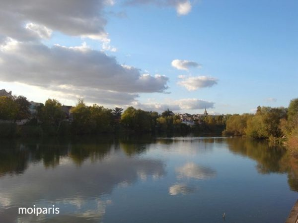 パリで見ることができない1軒家や自然豊かな風景に出会えます