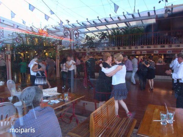 夏の「Chez Gégène(シェ・ジェジェンヌ)」のダンスホール
