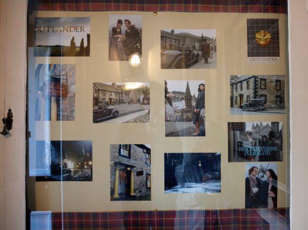 アウトランダー撮影時の記念写真がホテルに飾られてる