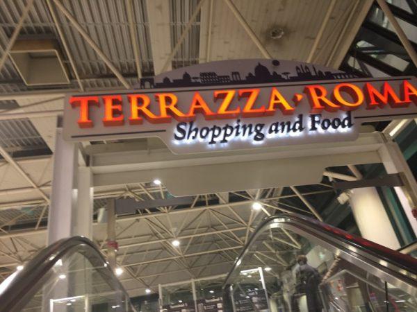 2階へ上るとショッピングエリアが見えます