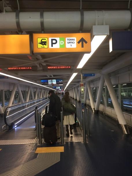 フィウミチーノ駅まで案内に従って移動