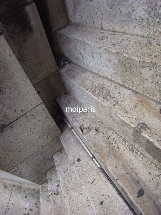 寺院の上まで急な階段が続きます