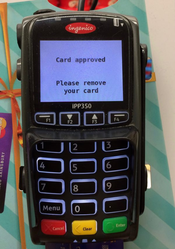 クレジットカードを抜き取ってよい表示