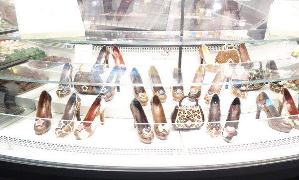 チョコレートの靴とバッグの展示