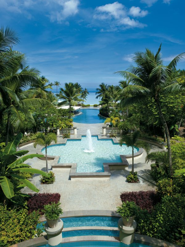 ホテルからは豊かな緑とプール、ビーチを一望