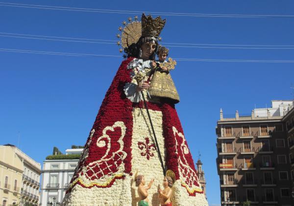 花で飾られた聖母マリア