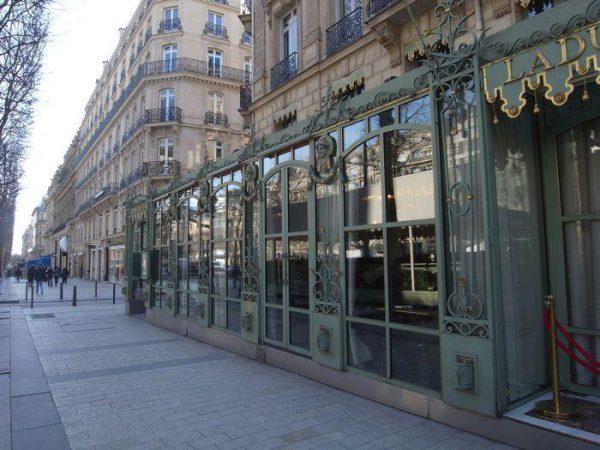パリの老舗サロン ド テ「ラデュレ」