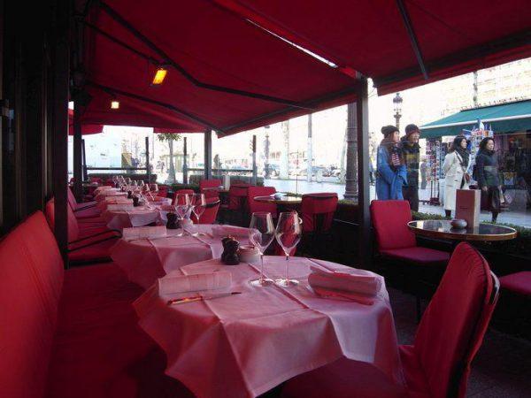 テラス席の赤い庇はシャンゼリゼのシンボル