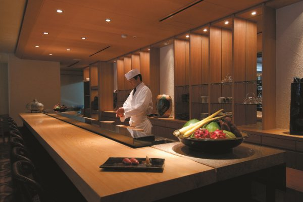 真南風の寿司カウンター(写真提供:ザ・ブセナテラス)