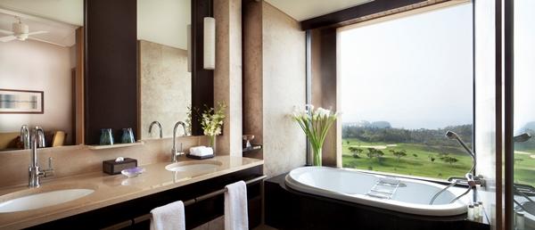 バスルーム(写真提供:ザ・リッツ・カールトン沖縄)
