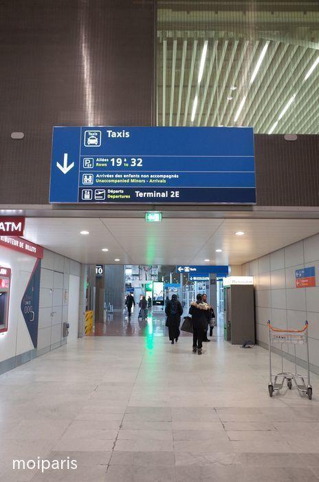 空港発着の正規タクシー乗り場へ移動