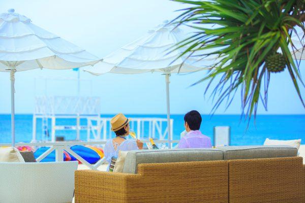 シャンパン片手にリゾート時間を満喫(写真提供:オクマ プライベートビーチ&リゾート)