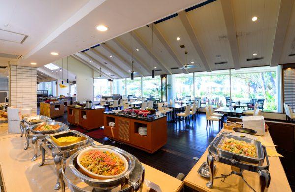 ブッフェレストラン「サーフサイドカフェ」(写真提供:オクマ プライベートビーチ&リゾート)