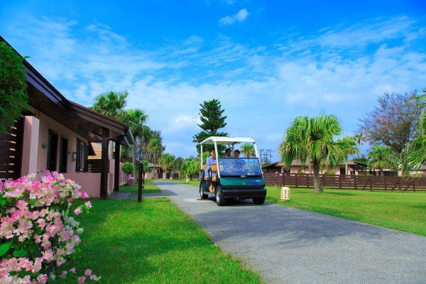 無料カートが敷地内を巡回(写真提供:オクマ プライベートビーチ & リゾート)