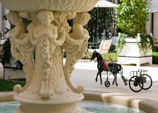 フォーブル・サントノレ通りにある宮殿ホテル「ル ブリストル パリ」