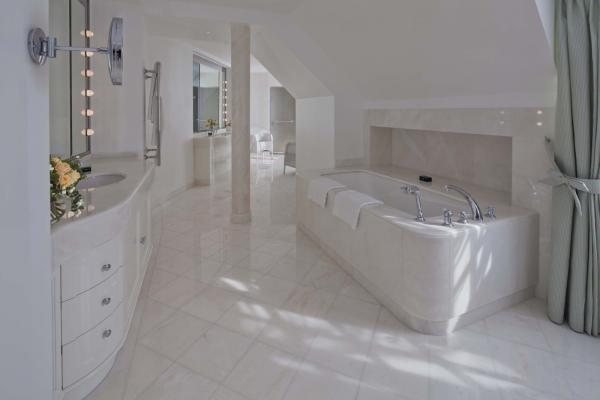 イタリア産の大理石でできたバスルーム