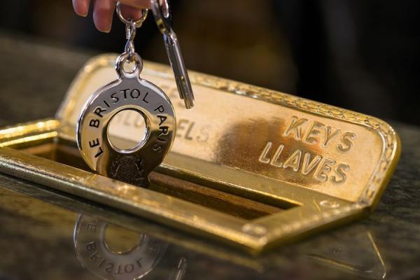 ブリストル パリでは客室の開け閉めはカードではなく鍵の
