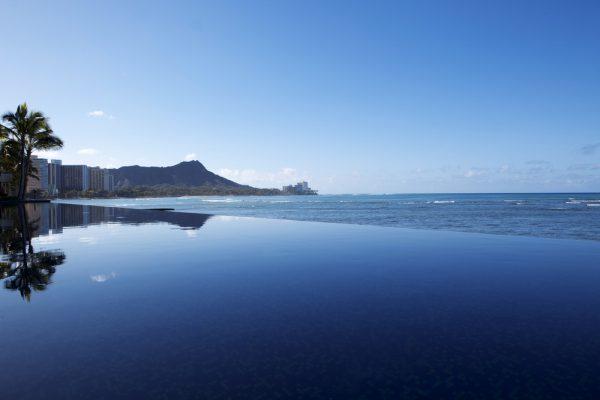 海とプールがつながって見える「インフィニティ・プール」