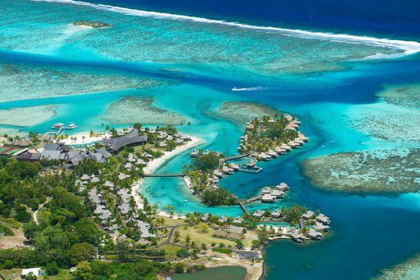リゾートとサンゴ礁の海を一望