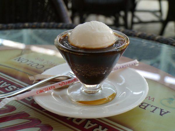 アイスクリームを乗せたブランコ・イ・ネグロ