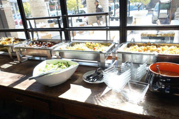 パスタ数種類にサラダが並ぶビュッフェ