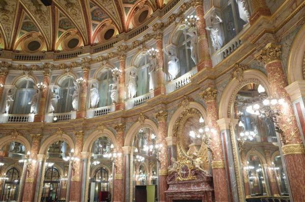 目もくらむような壮麗さのサロンオペラ