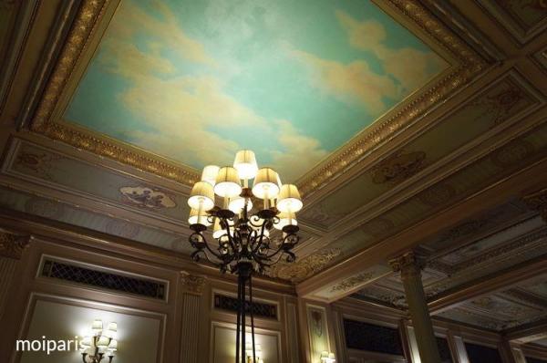 見栄えの悪いガス管を隠す目的で描かれたフレスコ天井画