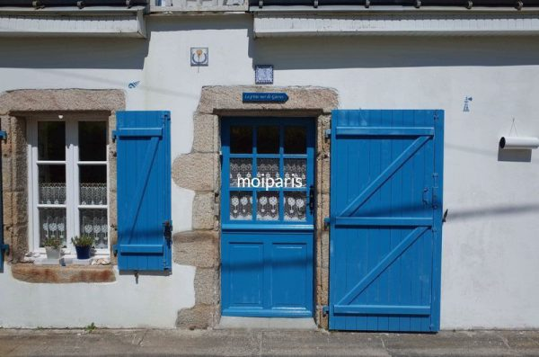 南ブルターニュは白壁にブルーの組み合わせ