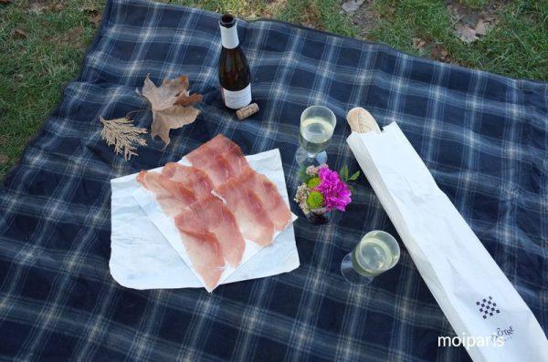 パリジェンヌ風にピクニックシートを広げます