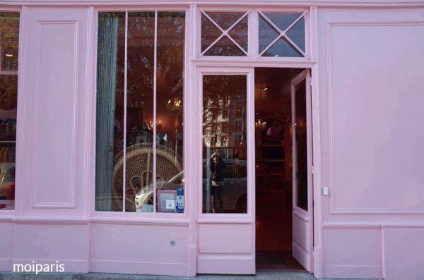 お店を背景に撮影