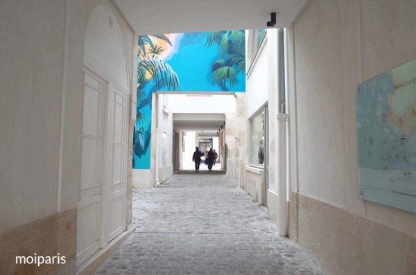 アート作品が飾られた中庭