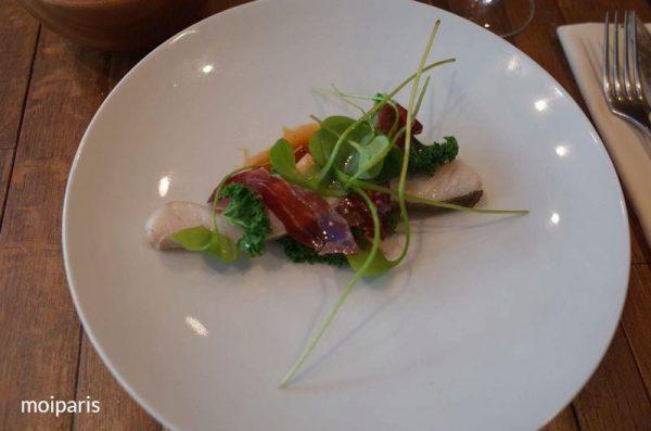 鱈とイベリコ豚のハムに魚のソース添え