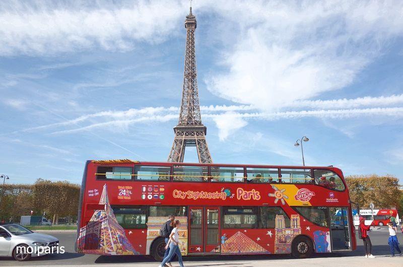 エッフェル塔と観光オープントップバス