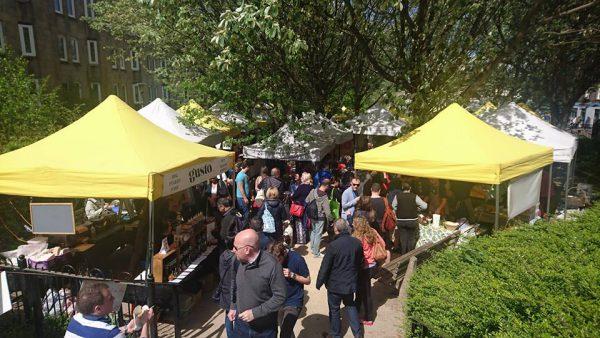 リース川のほとりで開催されている地元で人気のマーケット