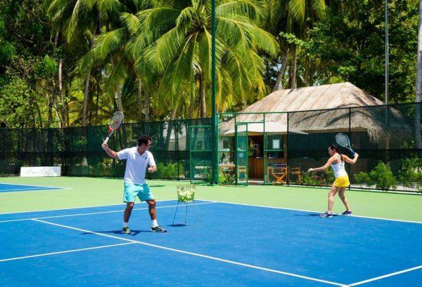 テニスコートも完備