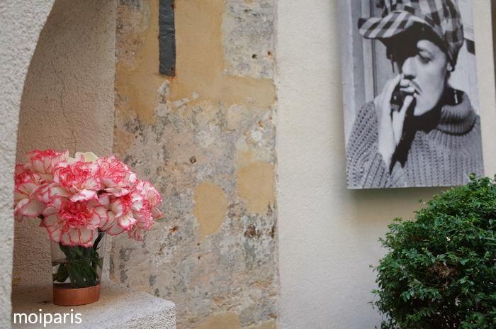 男装したジャンヌ・モローの写真が飾られている