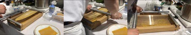 針金の上に薄く伸ばした記事を載せて麺をカット