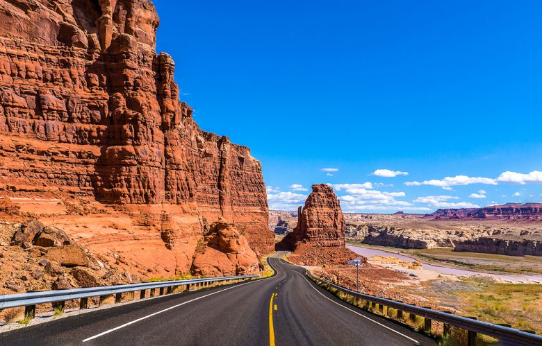 ネバダ州に向かう道路