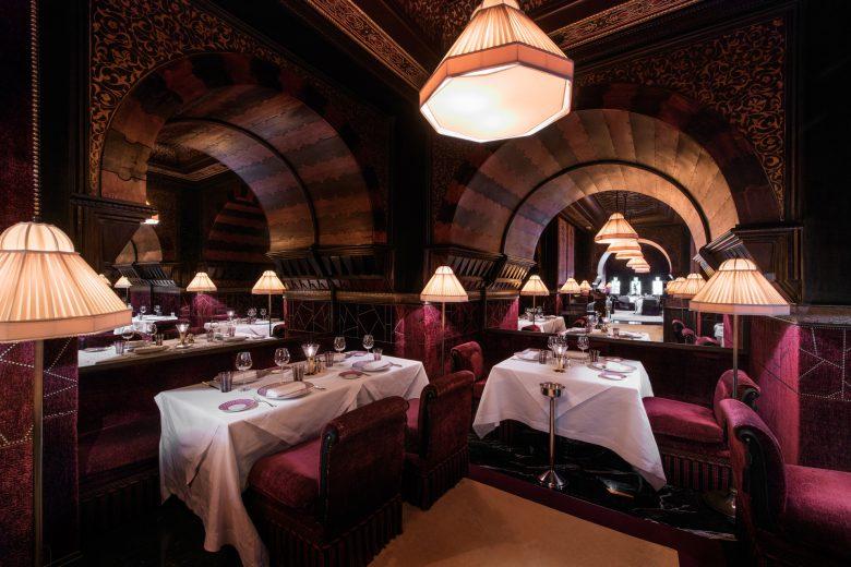 イタリアンレストランの重厚なインテリア