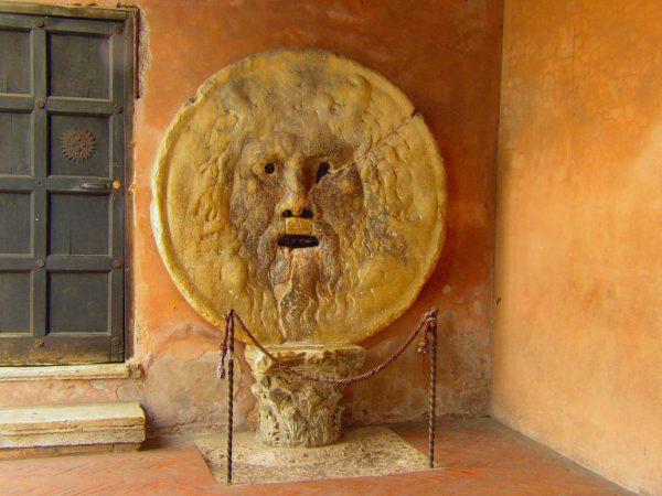 イタリア観光の名所・真実の口