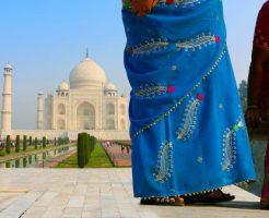 色鮮やかなサリーを身に着けてインド観光