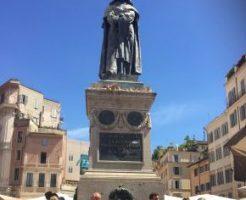 中央に建つジョルダーノブルーノの像