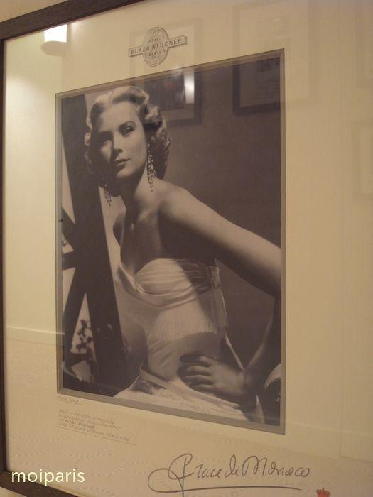 グレース・ケリーの写真が飾られている