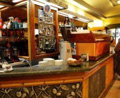 イタリアのバールでは立ち飲みが多い