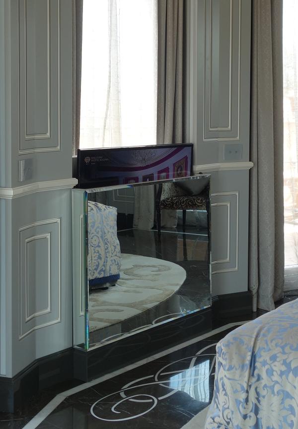 窓の下にあるミラーの中に薄型TV