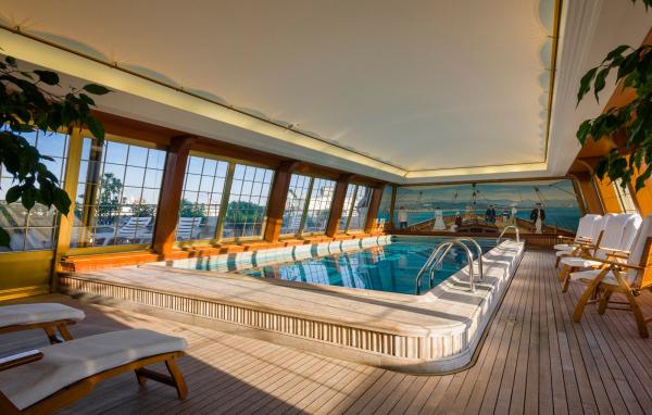 19世紀のヨット船室をイメージした室内プール